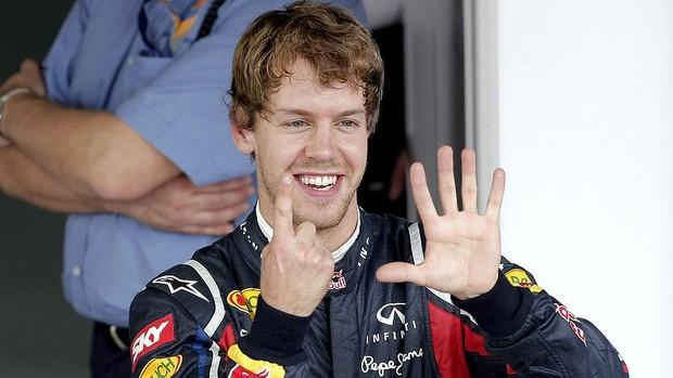 Vettel comemora o melhor tempo para o GP do Brasil (Foto: EFE)