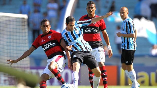 Grêmio salva titulares, mas perde Adílson para clássico