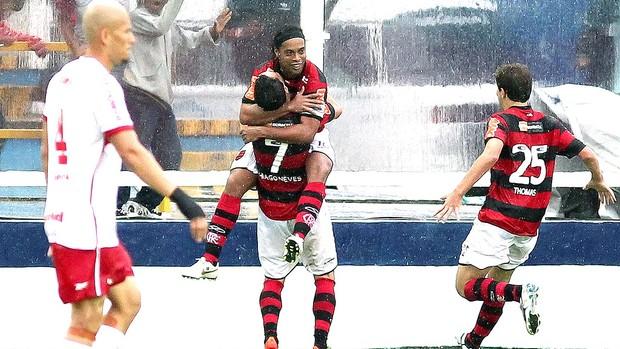 Ronaldinho Gaúcho comemora gol do Flamengo contra o Internacional (Foto: André Portugal / Vipcomm)