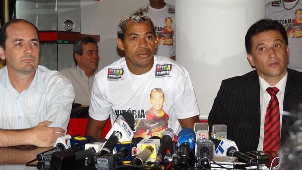 Marcelinho Paraíba acompanhado pelo Executivo de futebol do Sport, Cícero Souza (à esquerda) e do seu advogado, Afonso Villar (direita) (Foto: Aldo Carneiro)