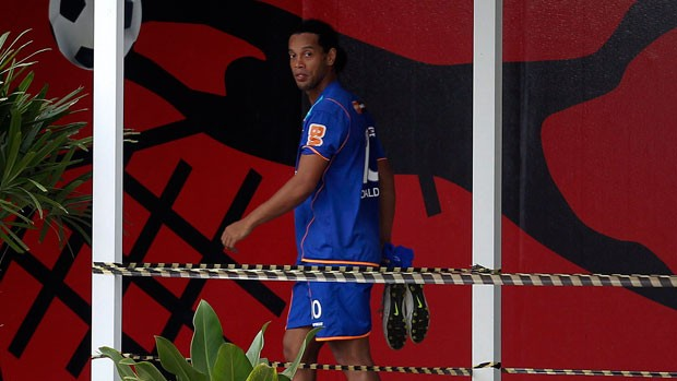 Ronaldinho deixa o treino do Flamengo rumo &#224; sala de fisioterapia (Foto: Alexandre Cassiano/Ag&#234;ncia O Globo)