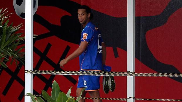 Ronaldinho deixa o treino do Flamengo rumo à sala de fisioterapia (Foto: Alexandre Cassiano/Agência O Globo)