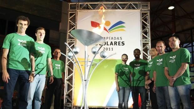 Embaixadores ao lado da pira olímpica nas Olimpíadas Escolares de Curitiba (Foto: Gaspar Nobrega / COB)