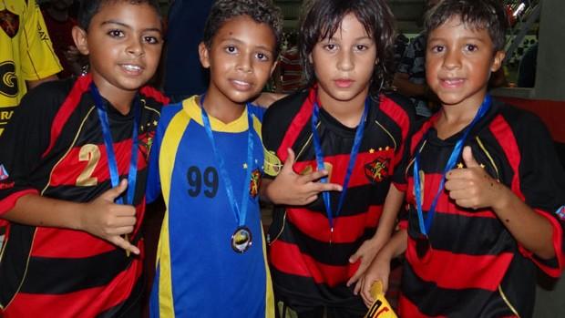 Marcelo, primeiro à direita, já se destaca no futsal e deve seguir os caminhos do pai (Foto: Elton de Castro/Globoesporte.com)