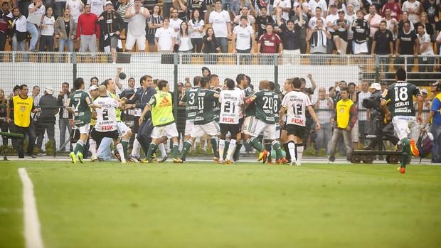 Briga generalizada no final do jogo entre Corinthians e Palmeiras (Foto: Marcos Ribolli / globoesporte.com)