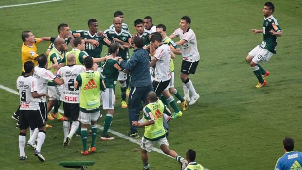 Confusão no fim do jogo, Corinthians x Palmeiras (Foto: Agência Estado)