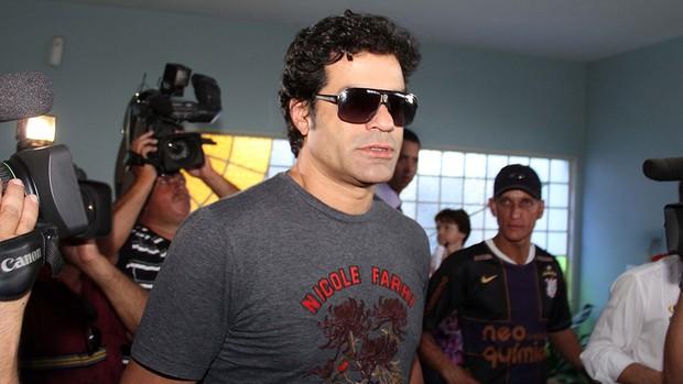 Raí, irmão do ex-jogador Sócrates, chega ao Cemitério Bom Pastor (Foto: Célio Messias / Ag. Estado)