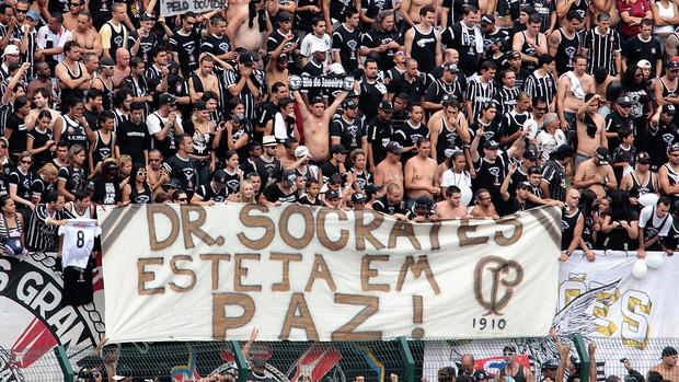 Fiel e atletas homenageiam Sócrates no Pacaembu (Thales Stadler / Agência Estado)