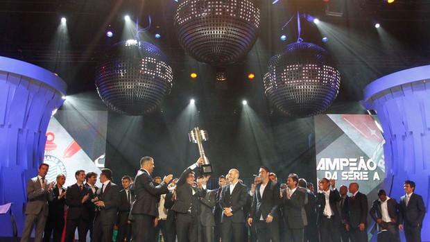Timão ergue a taça, e Vasco domina prêmios individuais