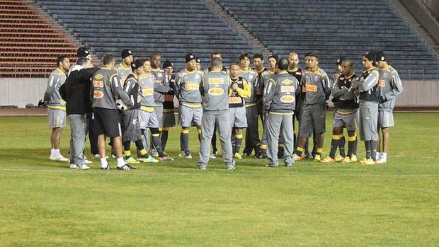 Time reunido no centro do campo no treino em Nagoya (Foto: Divulgação / Santos FC)