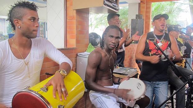 Negueba e Muralha no pagode (Foto: Janir Junior / Globoesporte.com)