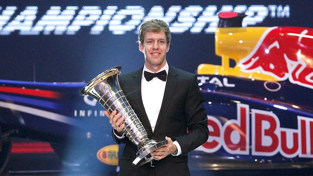 Vettel com a taça da F-1 2011 (Foto: AFP)