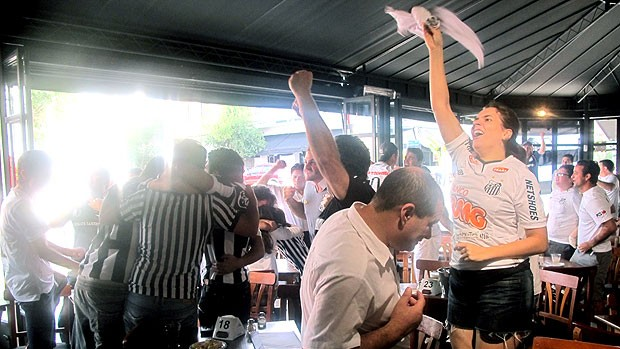 torcedores do Santos em bar de São Paulo (Foto: Diego Ribeiro / GLOBOESPORTE.COM)