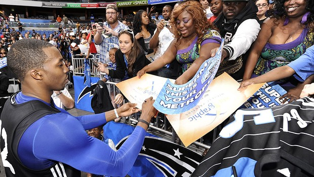 Dwight Howard com fãs no treino do Orlando da NBA (Foto: AFP)