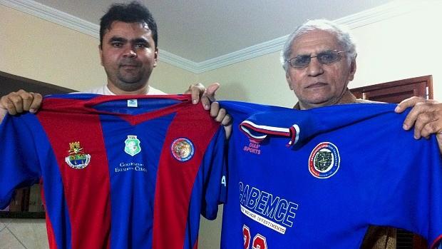 Patrício ao lado do pai, carregam com orgulho as camisas do Tigre (Foto: Diego Morais / Globoesporte.com)