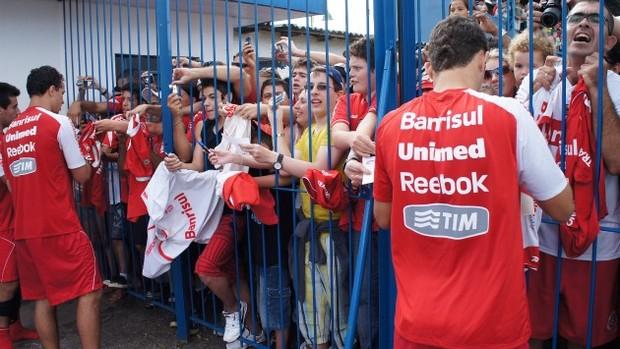 Jogadores do Inter concedem autógrafos aos torcedores na pré-temporada em Gramado (Foto: Diego Guichard)