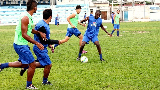 O atacante Washington, com a bola, foi um dos destaques do jogo (Foto: Anderson Silva / Globoesporte.com)