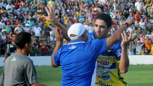 Vanderlei comemora gol do Araripina no Sport (Foto: Aldo Carneiro)