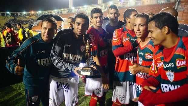 Jogadores da Portuguesa comemoram com o Troféu Sócrates (Foto: Marcos Ribolli / globoesporte.com)