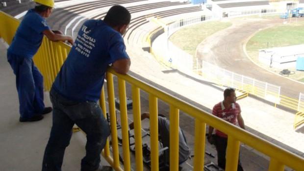 Funcionários fazem últimos reparos no Barão de Serra Negra, estádio do XV de Piracicaba (Foto: EPTV.com)