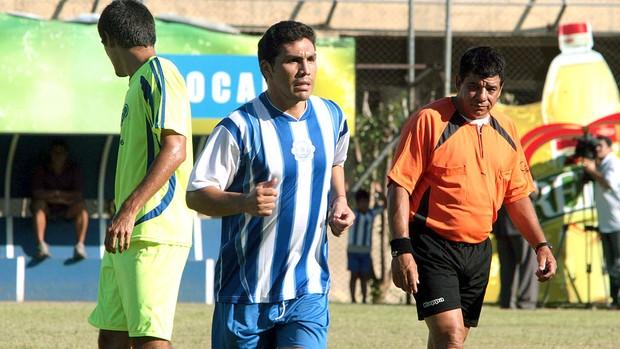 Cabañas no amistoso do 12 de Octubre no Paraguai (Foto: EFE)