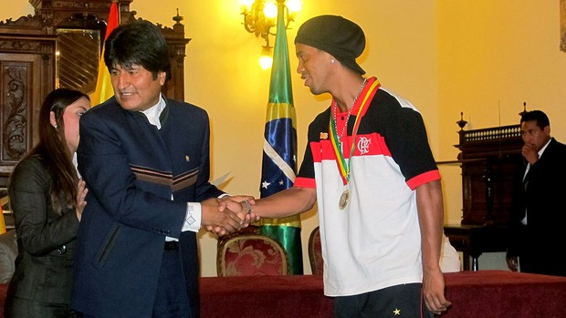 Ronaldinho Gaúcho recebe homenagem de Evo Morales (Foto: Richard Souza / GLOBOESPORTE.COM)
