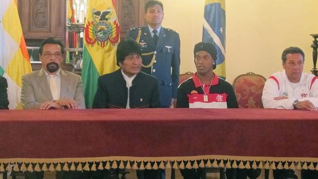 Ronaldinho e Luxemburgo com o presidente da Bolívia, Evo Morales (Foto: Richard Souza / GLOBOESPORTE.COM)