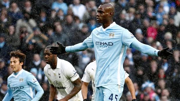 Balotelli comemora gol do Manchester City sobre o Tottenham (Foto: AP)