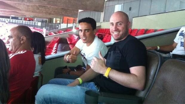 O meia Jadson assiste ao jogo do São Paulo com o empresário Marcelo Goldfarb (Foto: Reprodução / Twitter)