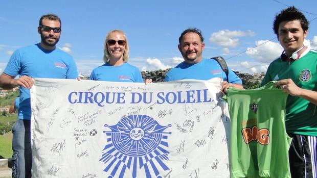 Integrantes do Cirque du Soleil visitam a Cidade do Galo (Foto: Fernando Martins/Globoesporte.com)