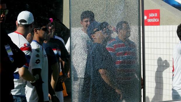 Vidro trincado do Estádio Presidente Vargas (Foto: Kid Júnior/Agência Diário)