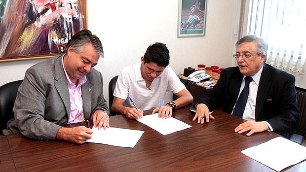 Osvaldo assina contrato com o São Paulo (Foto: Rubens Chiri / Site oficial do São Paulo FC)