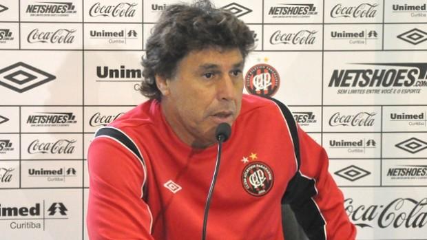 Carrasco, técnico do Atlético-PR, em entrevista (Foto: Divulgação/Atlético-PR)