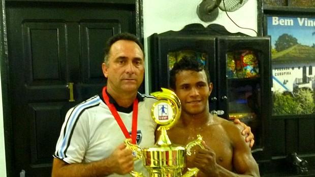 Carlos Tozzi ao lado do jogador Edinho Canutama (Foto: Amarildo Silva/Divulgação)