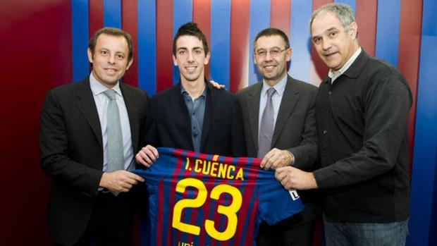 Cuenca posa com presidente do Barça, Sandro Rossel (Foto: Divulgação/Site Oficial Barcelona)