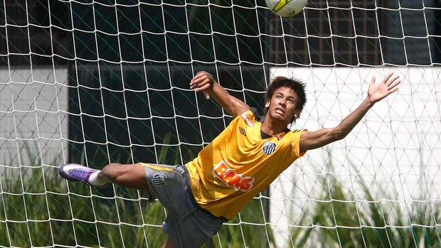 Neymar como goleiro no treino do Santos (Foto: Ag. Estado)