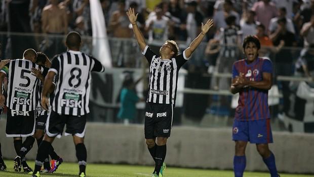 Romário comemora primeiro gol Ceará x Tiradentes (Foto: Kiko Silva/ Agênica Diário)
