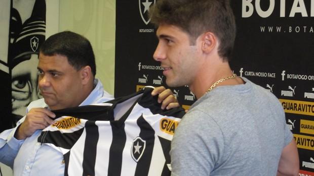 André Silva entrega camisa a Fellype Gabriel  (Foto: André Casado/Globoesporte.com)