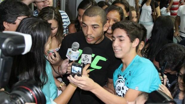 José Aldo  é recepcionado por torcedores e amigos do lutador do saguão do aerporto (Foto: Frank Cunha)