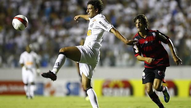 Elano disputa jogada contra marcador do Ituano (Foto: Ricardo Saibun/Divulgação Santos FC)