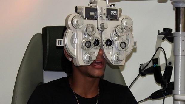 Neymar faz exame de vista no Santos (Foto: divulgação/Santos FC)