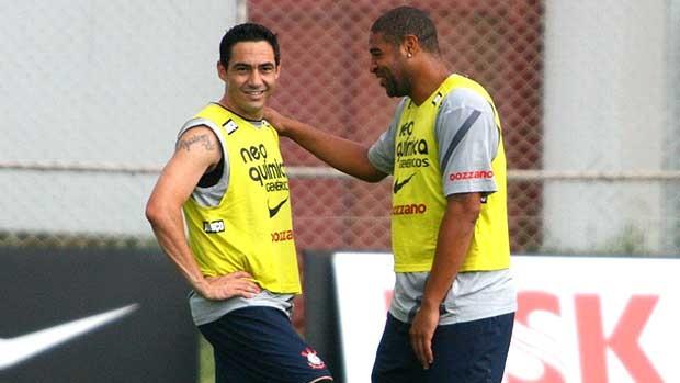Adriano e Chicão no treino do Corinthians (Foto: Andreson Rodrigues / Globoesporte.com)
