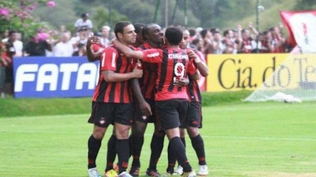 Jogadores do Furacão comemoram um dos gols na vitória por 3x0 sobre o Iraty (Foto: Divulgação/ Site Oficial)
