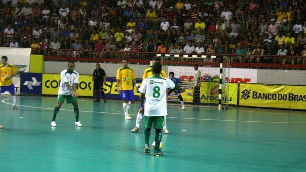 Jogadores buscam o gol de honra contra a seleção brasileira (Foto: João Áquila (GLOBOESPORTE.COM))