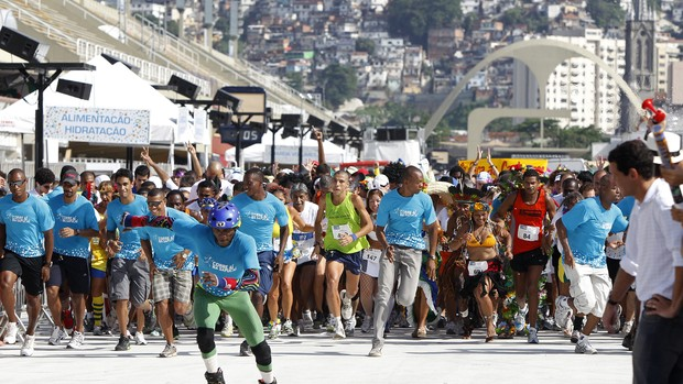 Corre ai na Sapucaí: largada com Apoteose ao fundo (Foto: Getty Images)
