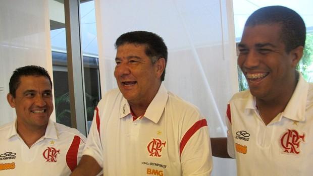 Joel sorri com auxiliares Mauricio Albuquerque (esq) e Marcelo Salles