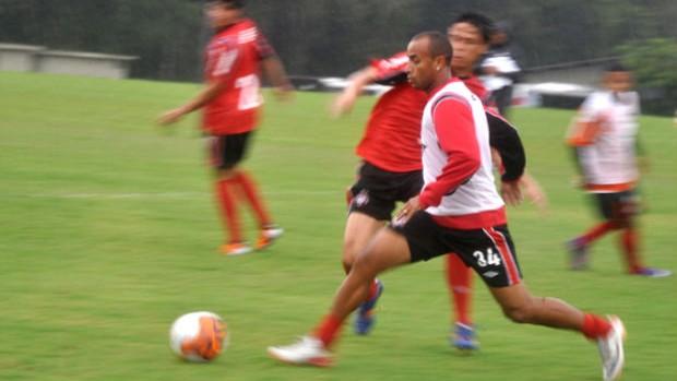 Ricardinho, do Atlético-PR, em treino coletivo (Foto: Clewerson Bregenski / Site Oficial do Atlético-PR)