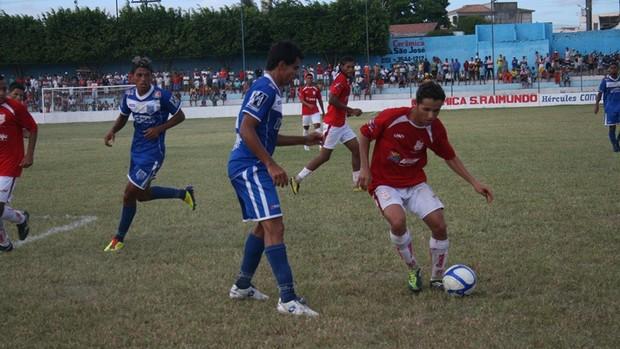 Disputa de bola durante o jogo entre Sergipe e Olímpico (Foto: Felipe Martins/GLOBOESPORTE.COM)