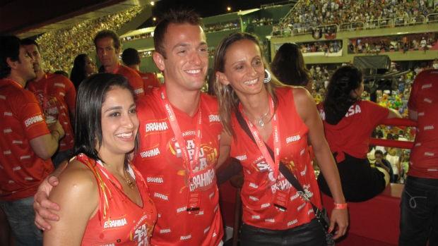 Daniele e Diego Hypolito, com a amiga Fabi, na Sapucaí (Foto: Alexandre Alliatti / Globoesporte.com)