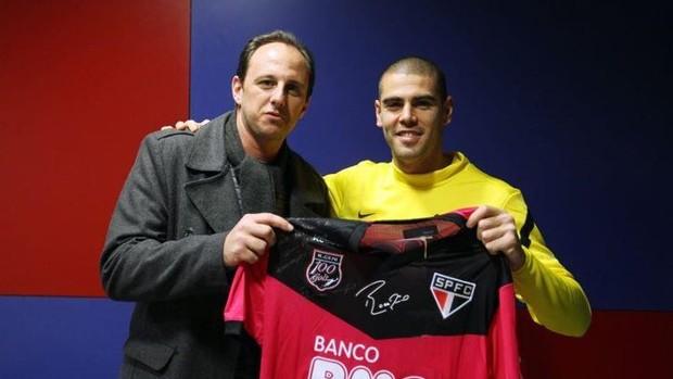 O goleiro Victor Valdés, do Barcelona, posta foto no Facebook ao lado de Rogério Ceni, do São Paulo (Foto: reprodução Facebook)